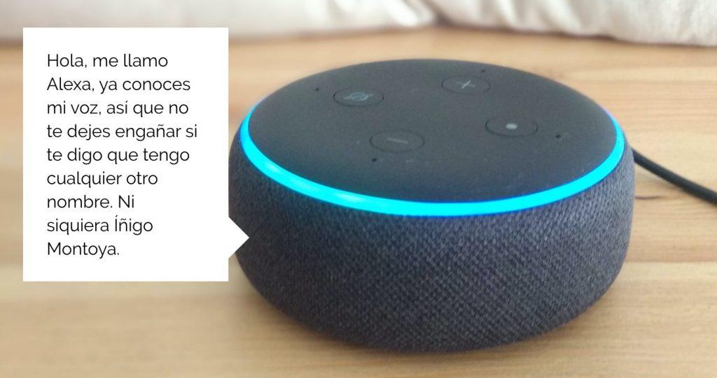 Foto de Echo Dot con un texto diciendo que su nombre es Alexa y ningún otro